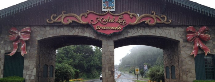 Pórtico de Gramado (Entrada Via Nova Petrópolis) is one of สถานที่ที่ Elis ถูกใจ.