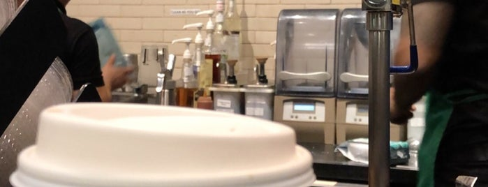 Starbucks is one of สถานที่ที่ Adel ถูกใจ.