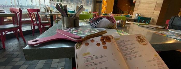 Zaroob Restaurant is one of Gespeicherte Orte von Queen.