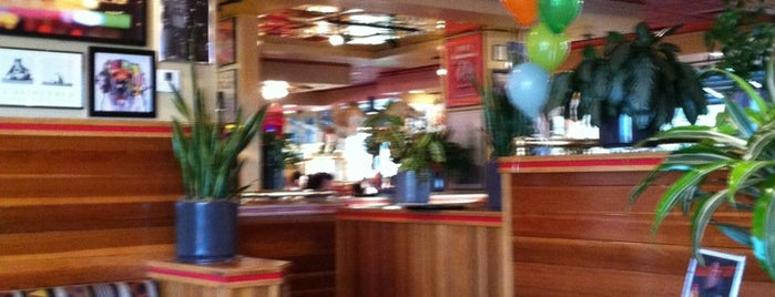 Red Robin Gourmet Burgers and Brews is one of Lieux qui ont plu à Yunus.