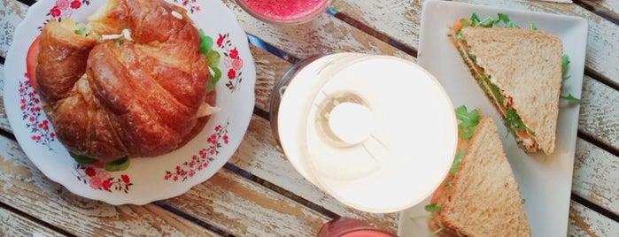 Café de la Luz is one of Desayunos, Brunch y Meriendas en Madrid ☕️💗.