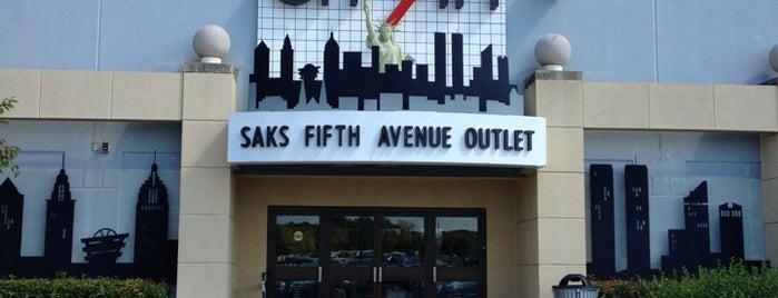 Saks Fifth Avenue is one of สถานที่ที่ Karla ถูกใจ.