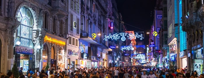 İstiklal Caddesi is one of Tempat yang Disukai Findistanbul.