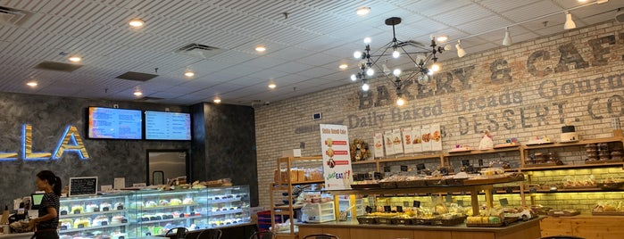 Shilla Bakery & Cafe (Tysons Corner) is one of Tempat yang Disukai Leonda.