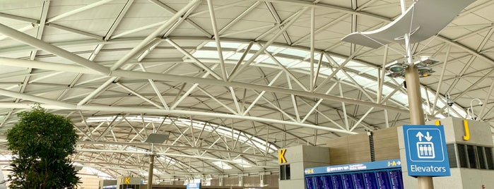 Terminal 1 is one of Lieux qui ont plu à Inho.