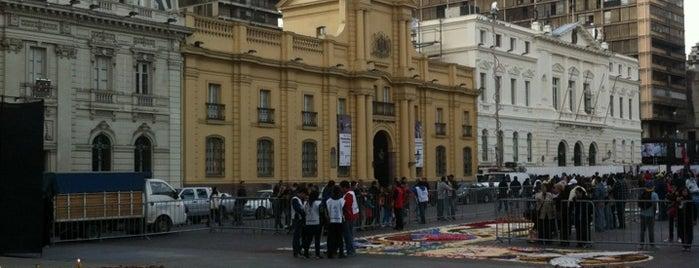 Plaza de Armas is one of Plazas.