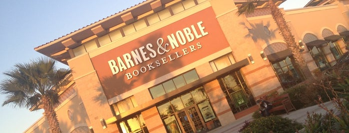 Barnes & Noble is one of Orte, die Roberto gefallen.