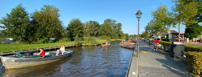 Dorpsgracht is one of Giethoorn.
