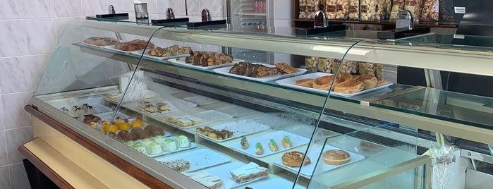 Pastelería El Aderno is one of Tenerife: desayunos y meriendas.