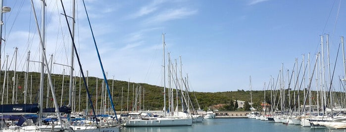 Yat Yelken Klübü Teos Pier 1 is one of Posti che sono piaciuti a Asli.