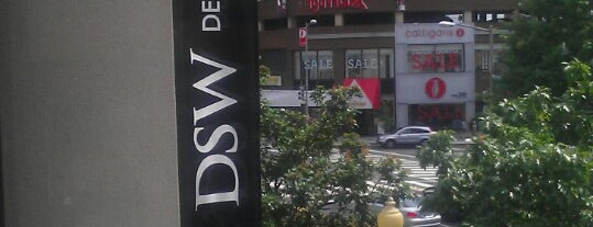 DSW Designer Shoe Warehouse is one of Lieux qui ont plu à Sunjay.