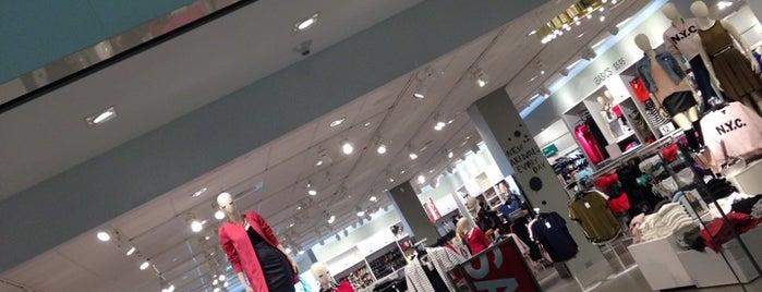 H&M is one of Orte, die Trish gefallen.