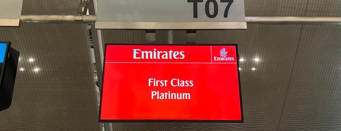 Emirates Check-in is one of สถานที่ที่ Vee ถูกใจ.