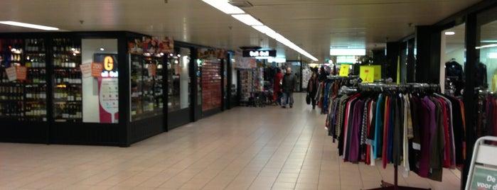 Winkelcentrum Mariahoeve is one of Tempat yang Disukai Dennis.