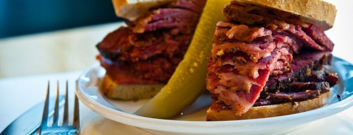 Caplansky's Deli is one of Lugares favoritos de Skeeter.