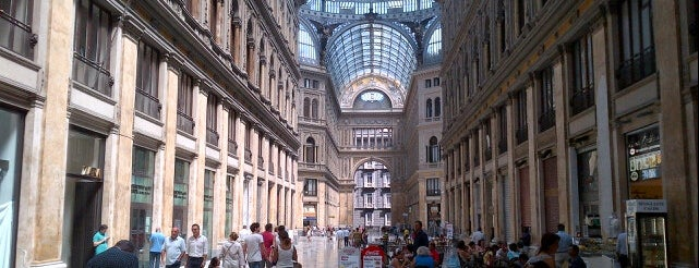 Galleria Umberto I is one of Orte, die Nihat gefallen.