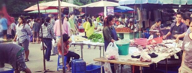 ตลาดนัดหน้าค่ายจิรประวัติ is one of Tempat yang Disukai Penny_bt90.