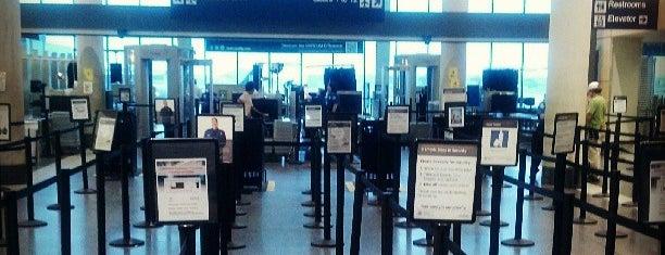 BDL TSA Checkpoint is one of Posti che sono piaciuti a Lindsaye.