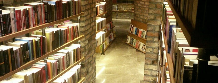 Minoa Bookstore & Café is one of istanbuli.