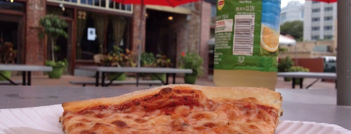 Downtown House Of Pizza is one of Lugares favoritos de Mauricio.