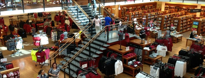 Stanford University Bookstore is one of Tempat yang Disukai Claudia.