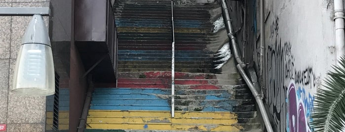 rainbow stairs is one of Posti che sono piaciuti a E.