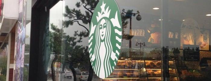Starbucks is one of สถานที่ที่ Güçlü ถูกใจ.
