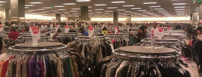 Nordstrom Rack is one of Tempat yang Disukai Ryan.