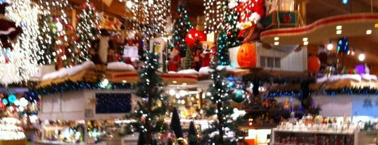 Bronner's Christmas Wonderland is one of Posti che sono piaciuti a Lisa.