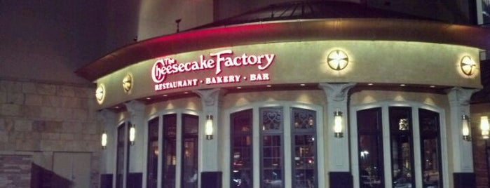 Cheesecake Factory is one of Tempat yang Disukai Leroy.
