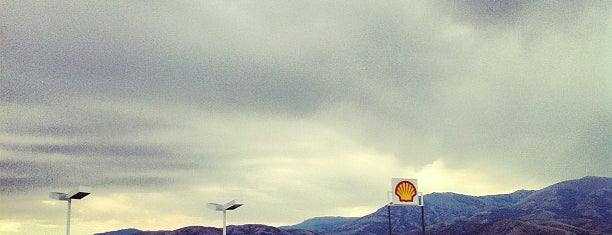 Shell Gas Station is one of Lugares favoritos de John.