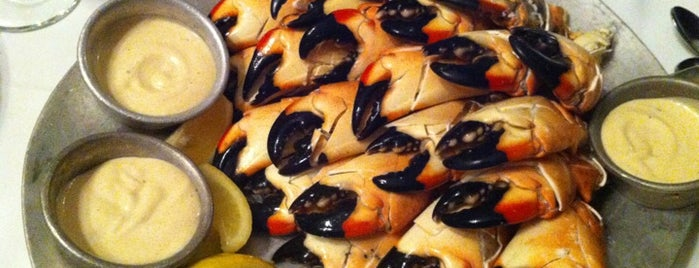 Joe's Stone Crab is one of Tempat yang Disukai Val.