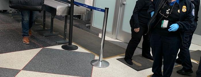 TSA Precheck Terminal 1 is one of Lieux qui ont plu à Gregory.