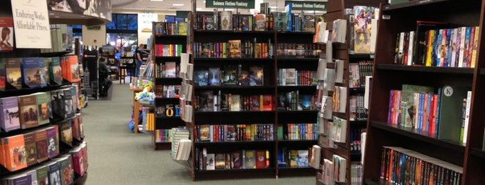 Barnes & Noble is one of Lugares favoritos de Julie.