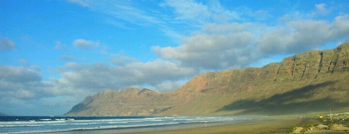 Playa de Famara is one of Visitar en Lanzarote.