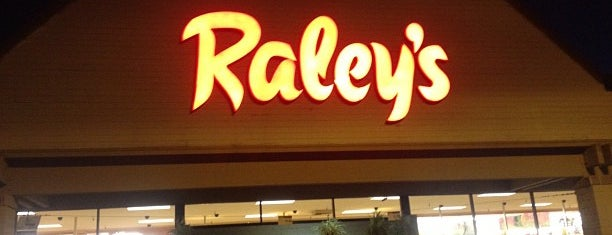 Raley's is one of Locais curtidos por Robby.