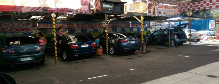 Lola's Car Wash is one of Tempat yang Disukai Rodrigo.
