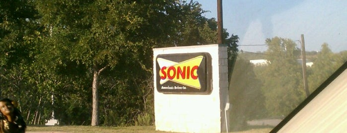 Sonic Drive-In is one of Lugares favoritos de Ailie.