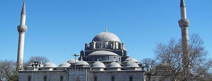 Beyazıt-Moschee is one of İstanbul'un Gezilmesi Görülmesi Gereken Yerleri.