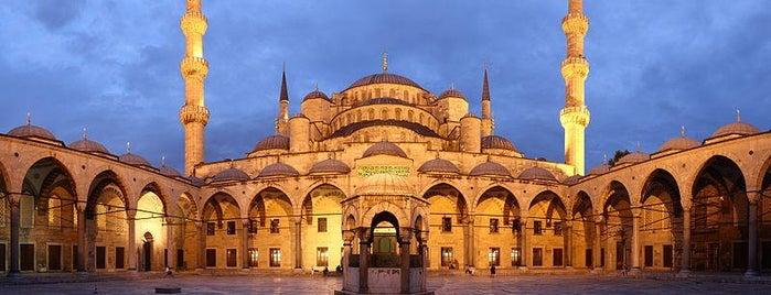Blaue Moschee is one of İstanbul'un Gezilmesi Görülmesi Gereken Yerleri.
