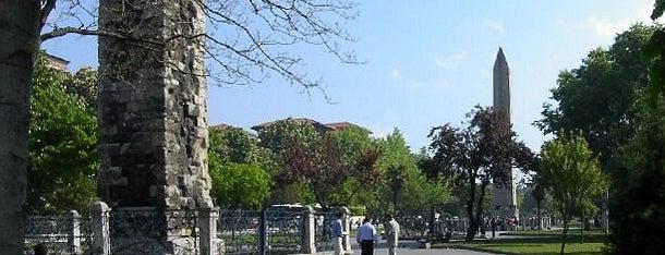 Sultanahmet Meydanı is one of İstanbul'un Gezilmesi Görülmesi Gereken Yerleri.