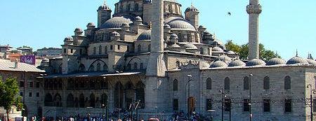 Neue Moschee is one of İstanbul'un Gezilmesi Görülmesi Gereken Yerleri.