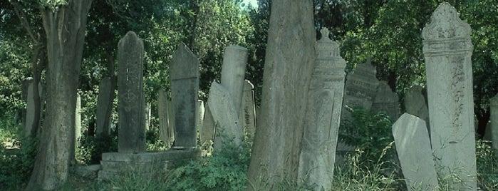 Karacaahmet Mezarlığı is one of İstanbul'un Gezilmesi Görülmesi Gereken Yerleri.