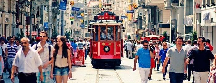 İstiklal Caddesi is one of İstanbul'un Gezilmesi Görülmesi Gereken Yerleri.