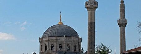 Pertevniyal Valide Sultan Camii is one of İstanbul'un Gezilmesi Görülmesi Gereken Yerleri.