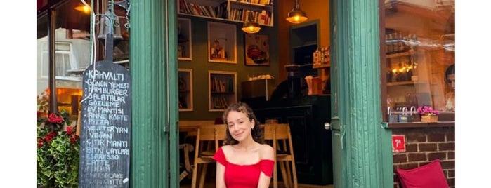 Balat Fida Kitap Cafe is one of Posti che sono piaciuti a Sıla.