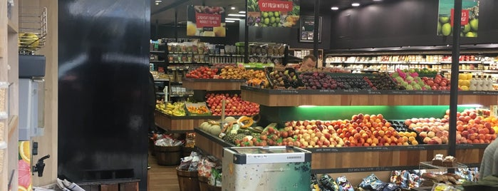 Maloney's Grocer is one of Lugares favoritos de T..