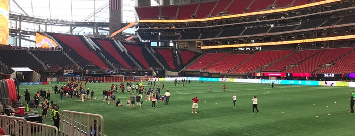 Mercedes-Benz Stadium is one of Kawikaさんのお気に入りスポット.