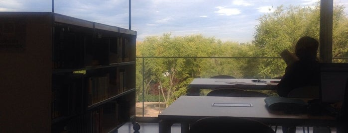 Biblioteca Pública Carabanchel Luis Rosales is one of Lugares favoritos de Sas.