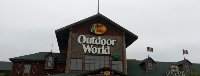 Bass Pro Shops is one of Lugares favoritos de John.